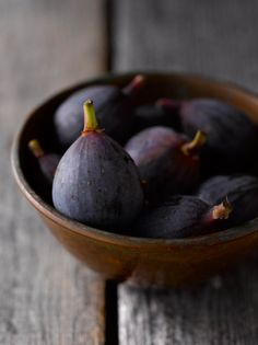 figs in bowl ~ to be savored with your eyes closed whilst slowly chewing . Fig Recipes, Raw Food Recipes, Healthy Recipes, Fresh Figs, Fresh Fruit, Colorful Fruit, Ratatouille, Salud Natural, Fruits And Vegetables