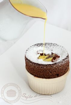 Sufleu de ciocolata, reteta delicioasa, explicata pas cu pas | Rețete - Laura Laurențiu Aniversary Cakes, Dessert Cups, Cup Desserts, Romanian Desserts, Chocolate Souffle, Sweets Cake, Food Cakes, Healthy Sweets, Desert Recipes