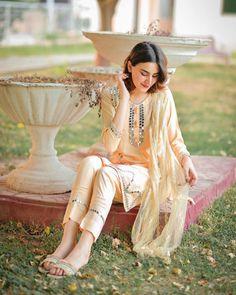 Simple Pakistani Dresses, Pakistani Dress Design, Pakistani Outfits, Elegant Dresses, Nice Dresses, Short Dresses, Girls Fashion Clothes, Girl Fashion, Fashion Dresses