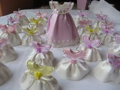 Souvenirs para baby showers ,vestiditos hechos con porcelana fría.