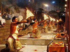 Ganga Pooja ofrecimiento por parte de sacerdotes en Varanasi