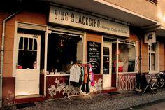 Sing Blackbird | Vintage Coffee and Clothes, open tue - fri from 10:00-21:00 and sat - sun from 11:00 - 21:00, Sanderstr. 11, U Schönleinstrasse #vegfriendly #Berlin