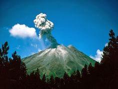 Arenal volcano in Costa Rica. Stayed at Tabacon Lodge with this volcano in perfect view from the hotel balcony and pool. Hawaii Volcanoes National Park, Volcano National Park, Monteverde, Costa Rica Travel, Volcano Wallpaper, Places To Travel, Places To See, Travel Destinations, Inka