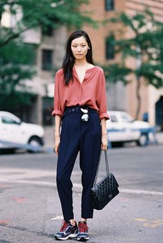 New York Fashion Week SS Kim / fashion / street style / outfit inspiration Blue Trousers Outfit, Navy Dress Pants, Trouser Outfits, Black Pants, Black Skinnies, New York Fashion, Love Fashion, Trendy Fashion, Curvy Fashion