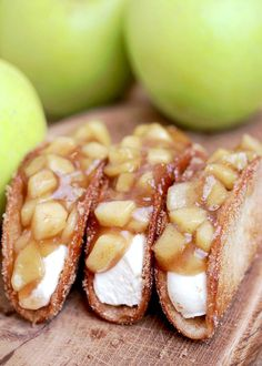 Apple Cheesecake Tacos – crunchy cinnamon sugar tortilla shells, filled with cheesecake filling and covered with homemade apple pie filling are simply perfect. This very tasty dessert is ideal for upcoming fall days. Best Apple Desserts, Apple Dessert Recipes, Strawberry Desserts, Apple Recipes, Sweet Recipes, Delicious Desserts, Yummy Food, Raspberry Cookies, Apple Cheesecake