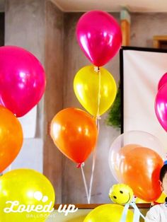 浮かぶゴムの風船の束 トロピカルカラー 出張バルーンデコレーションLoved up balloons