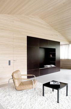 Naadloze vloer gecombineerd met hout op de wanden en plafonds