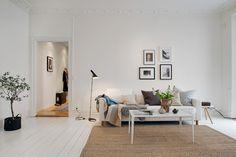 näköisiä kulmia: Valkoiselle sohvalle ja lapsiperheeseen sopiva matto