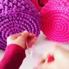 Quer Aprender a Fazer Crochê e Ganhar Dinheiro com Isso? – Knitting patterns, knitting designs, knitting for beginners. Crochet Bag Tutorials, Crochet Videos, Diy Crochet, Crochet Crafts, Crochet Projects, Learn Crochet, Diy Crafts, Knitting Patterns, Crochet Patterns