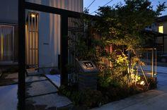 料亭のような門周り。  #lightingmeister #gardenlighting #outdoorlighting  #exterior #garden #light #house #home   #love #follow #instagram #instagood #instalove  #庭 #家 #照明 #エクステリア #施工例  #LEDIUS #ライティングマイスター  #表札 #格子 #樹木 #陰影 #和洋折衷  #nameplate #lattice #trees #shadowlighting  #blendingofjapaneseandwesternstyles