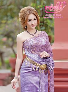 Lovely Khmer lady in traditional costume. Cambodian Wedding Dress, Thai Wedding Dress, Khmer Wedding, Thai Traditional Dress, Traditional Outfits, Traditional Wedding, Cambodian Women, Oriental Dress, Thai Dress