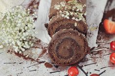 Rulada cu ciocolata, un desert simplu si rapid, o rulada plina de ciocolata, cu blat de cacao si ganache de ciocolata. Reteta completa pe site.