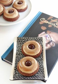 la panna cotta col metodo di Santin è una nuvola, la base di frolla al cioccolato friabile e leggera Panna Cotta, Savarin, Sweets Cake, Weird Food, Mousse Cake, Desert Recipes, Coffee Cake, Tasty Dishes, Cake Cookies