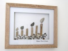 Eine Familie der Vögel. Wäre ein schönes Geschenk für die Familie oder eine schöne Einweihungsparty. Ein einzigartiges Geschenk mit Kieselsteinen & Treibholz von der Nordwales-Küste. Dieses Stück ist in einer natürlichen Farbe 20 cm (8) x 25 cm (10) 3D Box Rahmen dargestellt. Kann auf einem Tisch oben oder fertig zum Aufhängen an einer Wand angezeigt werden. Ihr Bild wird in Seidenpapier und Luftpolsterfolie verpackt kommen, so dass es gut geschützt ist, während auf der Durchreise. ...