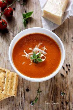 Supa crema de rosii cu busuioc si parmeza, reteta pentru un pranz rapid. Vezi cum se face supa crema de rosii cu coaja de parmezan. Soup Recipes, Vegetarian Recipes, Healthy Recipes, Dash Recipe, Romanian Food, Tomato Soup, Curry, Food And Drink, Cooking