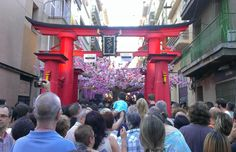 """Die Fiesta Major in Gracia, Barcelona. Viele Straßen werden dekoriert und kämpfen um den ersten Preis! In diesem Jahr hat die Calle Verdi mit dem Thema """"Japan"""" gewonnen."""