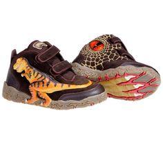 Sorpréndele con estas alucinantes botas de tiranosaurio rex. Se sentirá como un verdadero paleontólogo. Al andar, los ojos del dinosaurio se iluminan y dejan la huella de su dinosaurio favorito. Material: Ante, piel y textil de primera calidad. Suela de goma antideslizante. Se ajustan con velcro.  Color: marrón oscuro. Tallas: 25 a 32 PVP: 41,50€