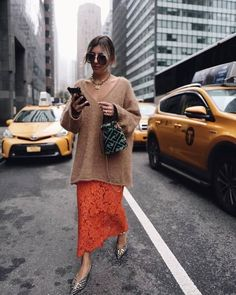 Neon shades and cosy knits are street style approved as seen on Look Street Style, Nyfw Street Style, Street Chic, Street Style Women, Mode Outfits, Fashion Outfits, Womens Fashion, Mode Dope, Langer Mantel