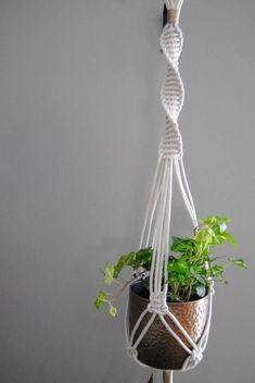 Charming Hanging Plants ideas to Brighten Your Patio – Gardening Decor Macrame Wall Hanging Patterns, Macrame Art, Macrame Design, Macrame Projects, Macrame Patterns, Macrame Knots, Boho Dekor, Macrame Plant Holder, Macrame Tutorial