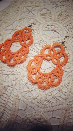 orecchini color corallo.