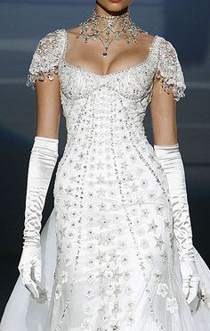This looks like the wedding gown version of the My Fair Lady ball gown. Made by Zuhair Murad Evening Dress Long, Evening Dresses, Beautiful Gowns, Beautiful Outfits, Couture Fashion, Runway Fashion, Style Fashion, Gold Fashion, Daily Fashion