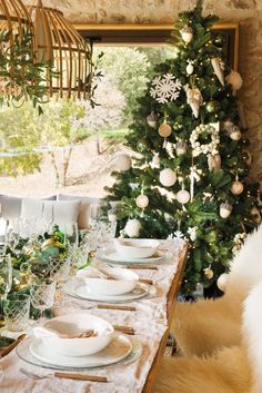 Navidad-00471060 Christmas Design, White Christmas, Christmas Home, Christmas Ideas, Alice Coltrane, Christmas Tabletop, Christmas Tablescapes, The White Company, Halloween Home Decor