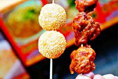 ODEKAKE SPOT ② 神戸中華街   神戸を代表する観光地だけあって、いつも活気あふれる中華街。いい匂いにつられて、アツアツの湯葉が入った肉まんと肉汁溢れる小龍包を食べましたが、やはりどれも絶品でした。夜はネオンや提灯も輝いて、まるで中国に来たような気分を味わえます。 中華街ではやっぱり食べ歩きがオススメ!