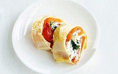 Kääräise munakas vaihteeksi rullalle ja leikkaa annospaloiksi. Täytteesseä ihastuttaa lohi ja tuorejuusto. Omelette, Salmon, Brunch, Rolls, Eggs, Breakfast, Ethnic Recipes, Omelet, Buns