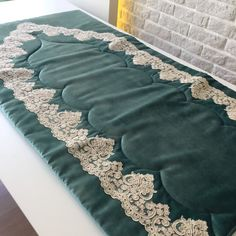 Die beliebtesten Gebetsteppiche Modelle im Jahr 2017 - german topic Muslim Prayer Mat, Islamic Prayer, Prayer Rug, Diy And Crafts, Arts And Crafts, Ribbon Embroidery, Handicraft, Table Runners, Decoration