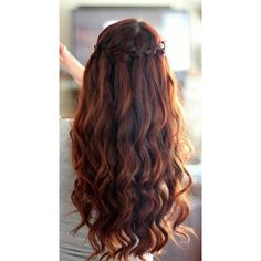 The women of Ancient Greece are known for wearing loose and wavy hair, but there are plenty of other options which let women make different kind of styles. If