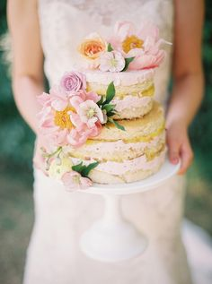 Pastel de bodas desnudo Cubierto floral con colores pastel Flores del jardín