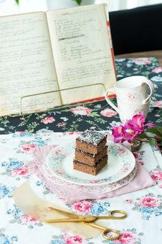 Maire mummun kermaiset joulutortut - Sweet Food O´Mine Joko, Bratwurst, Vanilla Cake, Sweet Recipes, Baked Oats, Desserts, Tailgate Desserts, Deserts, Baked Oatmeal