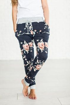 Hayden Floral Joggers - Mindy Mae's Market, these look so comfy, I'm excited for fall. Casual Outfits, Cute Outfits, Fashion Outfits, Style Fashion, Travel Fashion, Girly Outfits, Casual Pants, Summer Outfits, Mode Style