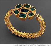 Ancient jewelry, like this third-century Roman bracelet with emeralds, was made for the elite using some techniques lost to us today, making it a favorite of wealthy modern collectors. India Jewelry, Jewelry Art, Gold Jewelry, Jewelry Bracelets, Fine Jewelry, Jewelry Design, Medieval Jewelry, Ancient Jewelry, Antique Jewelry