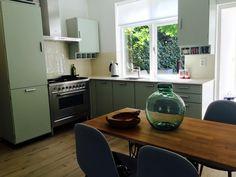 Onze retro keuken van Piet Zwart voor Bruynzeel Interior Inspiration, Kitchen Cabinets, Van, Retro, Table, Vintage, Furniture, Home Decor, Houses