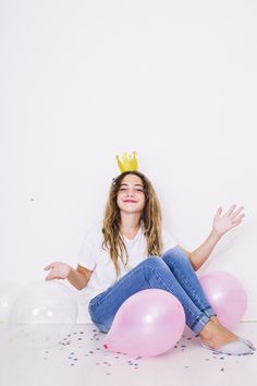 Sit girl surrounded by balloons Photo Happy Birthday Celebration, 18th Birthday Party, Happy Birthday Me, Birthday Photography, Party Photography, Creative Photography, Studio Photography Poses, Photography Poses Women, Cute Birthday Pictures