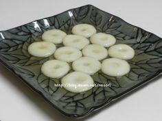 감자 꿀떡 요리 방송에서 배운 감자떡입니다. 그램으로 표기된 재료들을 컵과 스픈으로 바꿔 표기 했습니다. 저는 감자 꿀떡이라 이름 붙었습니다. 저녁먹고 난 후 디저트로 꿀떡 꿀떡 다 먹어 치웠습니다. 재료 : 감자 큰것 1개(250g), Asian Recipes, Ethnic Recipes, Korean Food, Kimchi, Fruit, Cooking, Board, Cucina, Korean Cuisine
