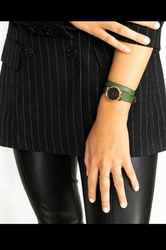 rock avec le vert amande ! Rock Outfits, Classy Chic, Minimalist, Watches, Clothes For Women, Luxury, Accessories, Fashion, Almond