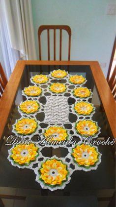 Caminho de mesa em crochê com flores em amarelo, folhas verde multicolorido e fundo em creme.  Pode ser feito em outras cores e tamanhos. R$ 180,00