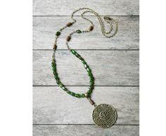 Sautoir pierres de Tsavorite (Grenat vert), perles en bois de Roblès, médaillon fantaisie sur chaîne couleur bronze : Collier par joaty