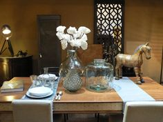 Indian dining table accesorized by Côté table vases. Indian Dining Table, Colonial Furniture, Indian Furniture, Old Wood, Vases, Indie, Table Decorations, Lifestyle, Interior