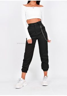 Pantalon cargo noir avec chaîne - Ropa Tutorial and Ideas Cargo Pants Outfit, Cargo Pants Women, Trouser Outfits, Sweatpants Outfit, Sporty Outfits, Casual Winter Outfits, Teen Fashion Outfits, Trendy Outfits, Summer Outfits