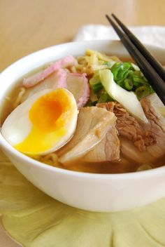 Yakibuta Ramen – Pork Ramen This lovely pork ramen dish is sure to warm you up as winter arrives. Get thousands of delicious Asian recipes on Honest Cooking. Pork Ramen Recipe, Ramen Recipes, Pork Recipes, Asian Recipes, Cooking Recipes, Healthy Recipes, Ramen Dishes, Asian Soup, Sushi
