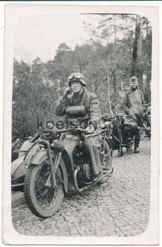 Mensajero en su motocicleta BMW R 11 con un sidecar Steib S, en 1940.