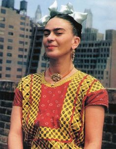 For 10 years, photographer Nickolas Muray and artist Frida Kahlo had an affair. During this time, Muray shot a colorful collection of Frida Kahlo photos. Givenchy, Nickolas Muray, Frida Kahlo Portraits, Self Portrait Art, Frida And Diego, Pose, Diego Rivera, Textiles, Pret A Porter Feminin