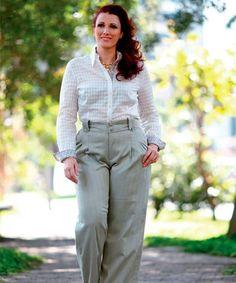 A camisa branca de tecido fi no com detalhes deixa a produção leve e feminina. A gola realça o colo e chama a atenção para o rosto. Combine com calça de cintura alta e corte reto para disfarçar o tamanho do quadril.