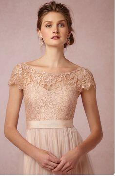 Vestido rose com colo de renda