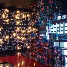 Espaço Metrópole feito de lampadas, fitas velhas e painel de led