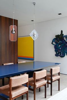 Mansão em SP tem décor vibrante. Cheio de arte e cor, lar volta-se para piscina