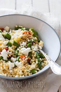 Een makkelijke en lekkere salade met parel couscous, asperges, zongedroogde tomaatjes en feta.